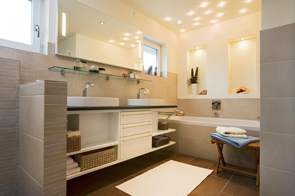 Badezimmer Sanieren Und Renovieren Mit Naturstein Fliesen Und Leuchten über  Dem Waschtisch Von Schreinerei Gruler In