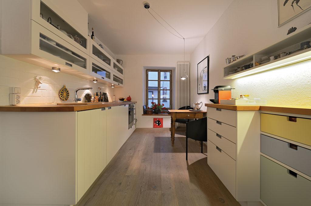 Maßgefertigte Küche Vom Schreiner Mit Viel Stauraum, Holz Arbeitsplatte,  Hängeschränken Glas Und Weißen Bunten