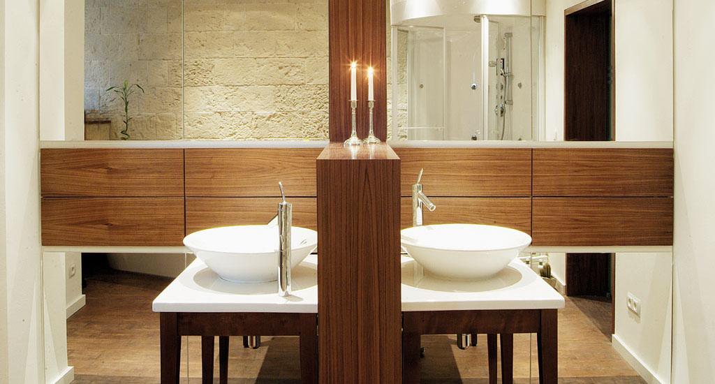 Bad Mit Waschtisch, Aufsatzwaschbecken, Massivholz, Großer Spiegel Und  Dusche Vom Schreiner Gruler In