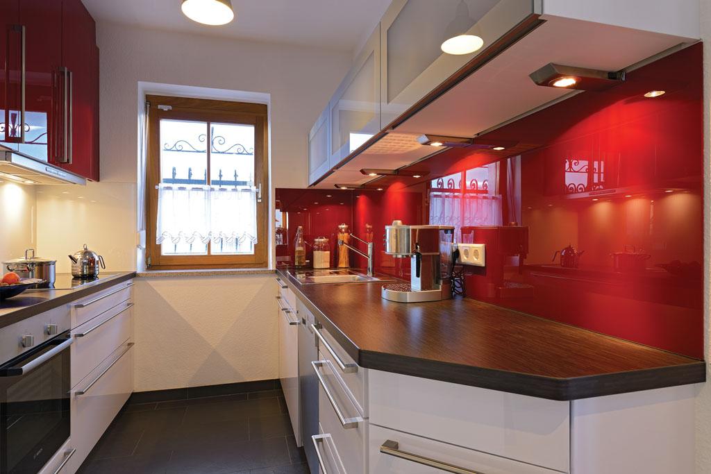 Küche Mit Hängeschränken, Holz Arbeitsplatte, Und Unterschränken Auf Maß  Von Schreinerei Trossingen Rottweil