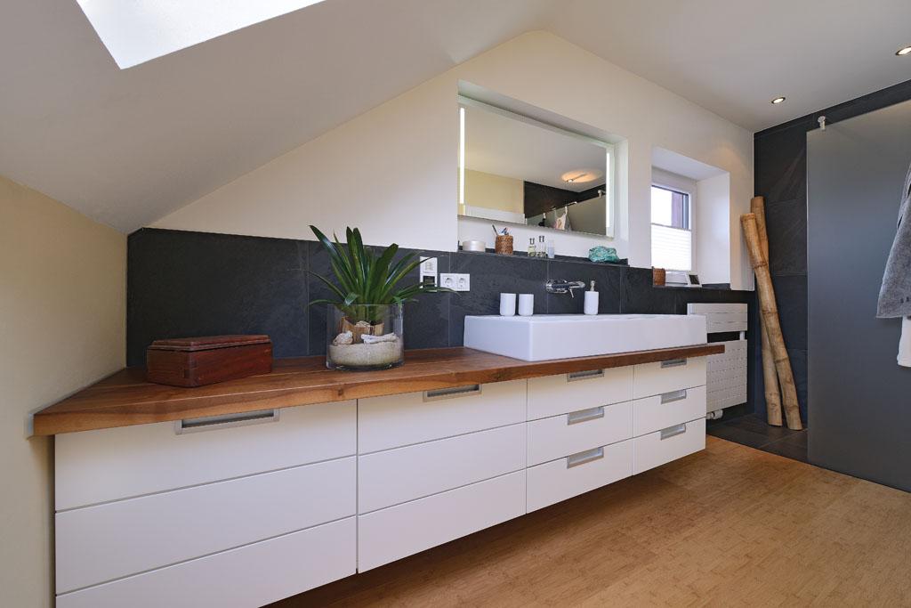 Bad Unter Dem Dach Sanieren Mit Massivholz, Waschtisch Möbel, Holzboden,  Aufsatzwaschbecken Und Dusche